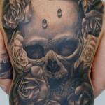 Tatuagem de caveira cobrindo toda as costas (Foto: divulgação)