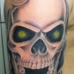 Tatuagem de caveira com os olhos iluminados (Foto: divulgação)