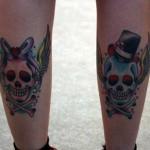 Tatuagem de caveira masculina e feminina nas panturrilhas (Foto: divulgação)