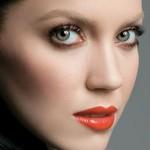Os lábios merecem mais destaque, os olhos são mais discretos. (Foto:Divulgação)
