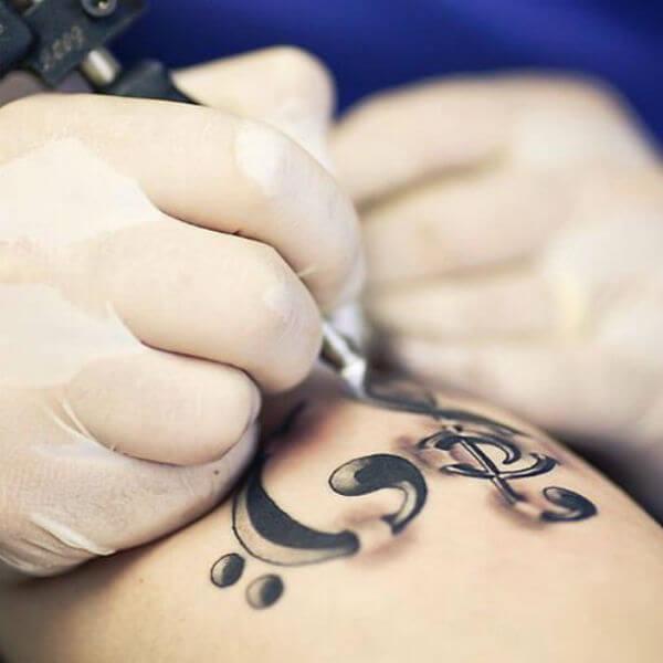 Tatuagem de notas musicais – Fotos e Vídeo