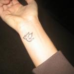 Tatuagem de pássaro pequeno no pulso (Foto: divulgação)