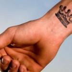 Tatuagem de coroa masculina no pulso (Foto: divulgação)