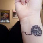 Tatuagem rolo de linha no pulso (Foto: divulgação)