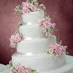 Bolo branco decorado com rosas (Foto: divulgação)