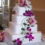 Bolo quadrado de andares decorado com lírios e orquídeas (Foto: divulgação)