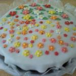 Bolo decorado com pasta americana e flores coloridas (Foto: divulgação)