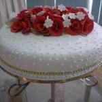 Bolo branco decorado com rosas vermelhas (Foto: divulgação)