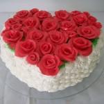 Bolo em formato de coração decorado com rosas vermelhas (Foto: divulgação)