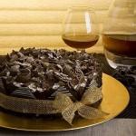Bolo de chocolate decorado com lascas e açucar mascavo (Foto: divulgação)