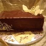 Bolo decorado com cobertura de chocolate preto e renda de chocolate branco (Foto: divulgação)