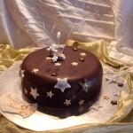 Bolo decorado com pasta de chocolate (Foto: divulgação)