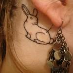 Tatuagem de coelho atrás da orelha (Foto: divulgação)