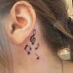 Tatuagem de clave de sol e notas musicais atrás da orelha (Foto: divulgação)