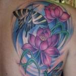 Tatuagem de flor de lótus rosa nas costas (Foto: divulgação)