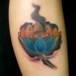Tatuagem de flor de lótus na perna (Foto: divulgação)