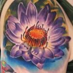 Tatuagem de flor de lótus colorida (Foto: divulgação)
