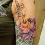tatuagem de flor de lótus com letras (Foto: divulgação)