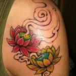 Tatuagem de flor de lótus vermelha e amarela no braço (Foto: divulgação)