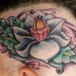 Tatuagem de flor de lótus na cabeça (Foto: divulgação)