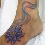 Tatuagem de flor de lótus azul no pé (Foto:divulgação)