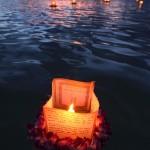 Lanternas flutuam no mar na praia de Ala Moana, no Havaí, EUA, homenagendo os mortos (Foto: divulgação)