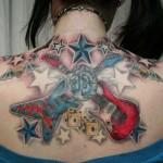 Tatuagem grande de guitarras,  feminina (Foto: divulgação)