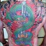 Tatuagem grande de dragões coloridos (Foto: divulgação)