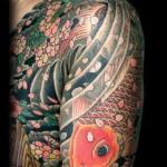 Tatuagem grande de carpa no braço e peito (Foto: divulgação)