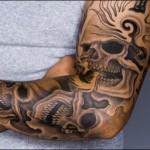 tatuagem grande de caveiras no braço (Foto: divulgação)