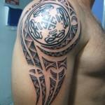 Tatuagem masculina monocromática no ombro (Foto: divulgação)