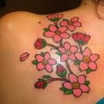 Tatuagem de flores de cerejeira no ombro (Foto: divulgação)