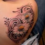 Tatuagem de margaridas no ombro (Foto: divulgação)