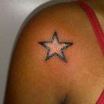 Tatuagem de estrela pequena no ombro (Foto: divulgação)