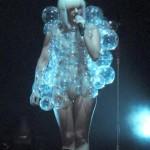 Lady Gaga vestida com bolas transparentes (Foto: divulgação)