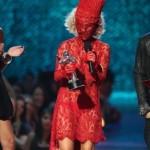 Lady gaga, vestida de vermelho dos pés a cabeça (Foto: divulgação)