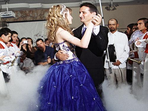 Ensaie previamente os passos da valsa, para fazer bonito na pista de dança (Foto: Divulgação)