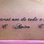 Tatuagem escrita com mensagem religiosa (Foto: divulgação)