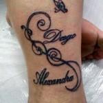 Tatuagem escrita com borboletas na canela (Foto: divulgação)
