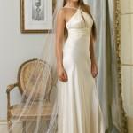 Vestido de noiva simples com detalhe drapeado e véu (Foto: divulgação)
