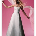 Vestido de noiva simples com a cintura marcada (Foto: divulgação)