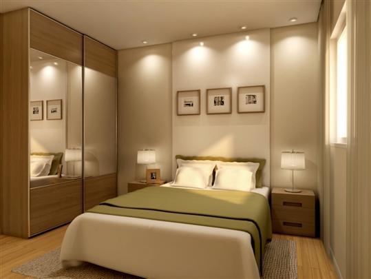 O uso de espelhos e lâmpadas embutidas amplia o quarto.