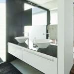 Neste banheiro minimalista, existem cubas acopladas à pia que combinam com as torneiras retas. (Foto:Divulgação)