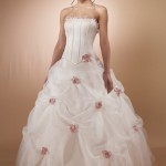 Vestido de noiva moderno com aplicação de rosas (Foto: divulgação)