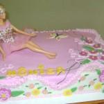 Barbie sobre o bolo  (Foto: divulgação)