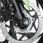 Com pneu traseiro mais largo, a moto traz freio ABS como opção.(Foto: Divulgação)