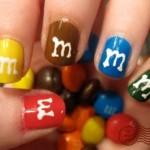 Os MMs, chocolates divertidos e coloridos, também inspiram nail art. (Foto:Divulgação)