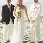 Rebecca Harper, do seriado The Revange, em um lindo casamento de praia. (Foto: divulgação)