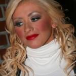 Christina Aguilera deixou os olhos, boca e maçãs do rosto super marcadas. (Foto: divulgação)