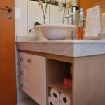 O gabinete serve para armazenar produtos de higiene e outros itens. (Foto:Divulgação)